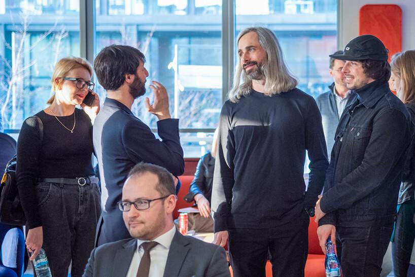 goście podczas rozmów na otwarciu showroomu MDD