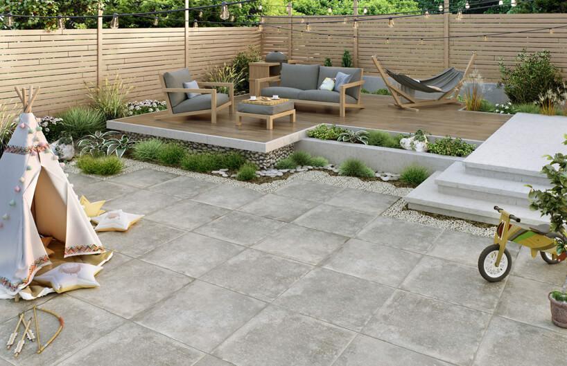 płytki tarasowe przypominające piaskowiec wniedużym nowoczesnym ogrodzie