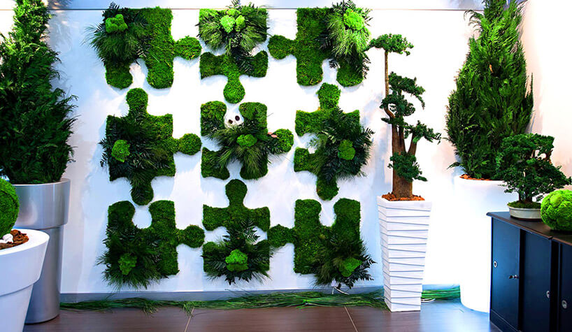 zdobienia wkształcie puzzli mchu na białej ścianie