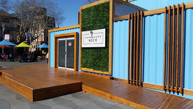 ogród wertykalny na zewnętrznej ścianie kontenera zagospodarowanego na lokal
