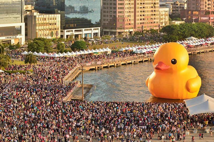 ogromna dmuchana kaczka przy nabrzeżu pełnym ludzi