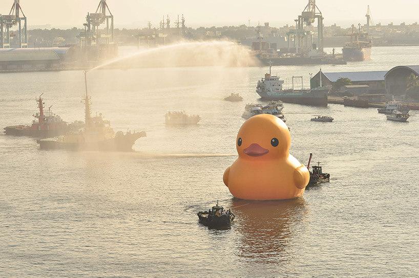 ogromna żółta kaczka wpływająca do portu