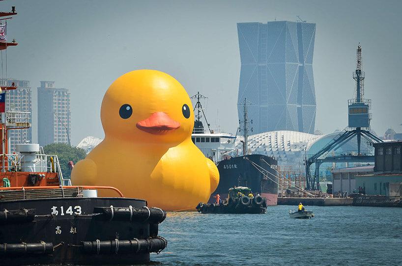 ogromna żółta kaczka na tle statków wporcie