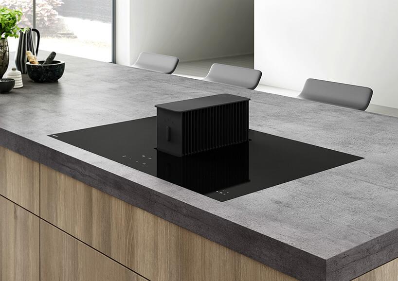 elegancka czarna płyta grzewcza zwysuniętym okapem wewnętrznym