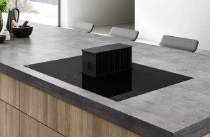 elegancka czarna płyta grzewcza z wysuniętym okapem wewnętrznym