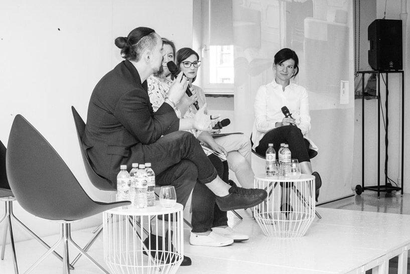 cztery osoby podczas dyskusji na scenie