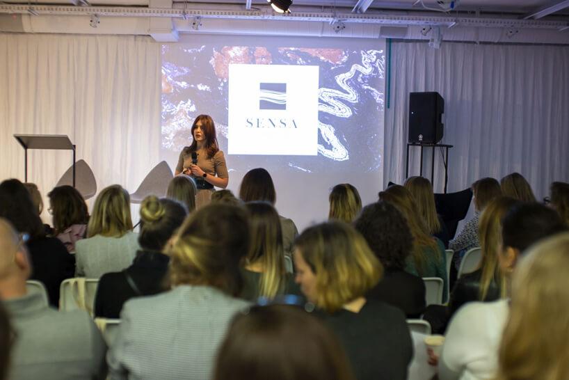 kobieta wbrązowej sukience podczas prezentacji na 15 edycji okk! design