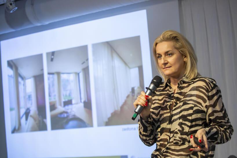 kobieta wpasiastej sukience podczas prezentacji na 15 edycji okk! design
