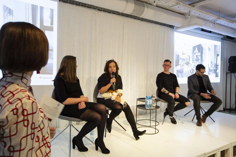 cztery osoby siedzące na scenie podczas dyskusji na 15 edycji okk! design