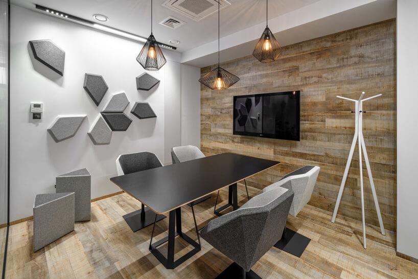 czarny stół szare krzesła czarny telewizor nabrązowej ścianie