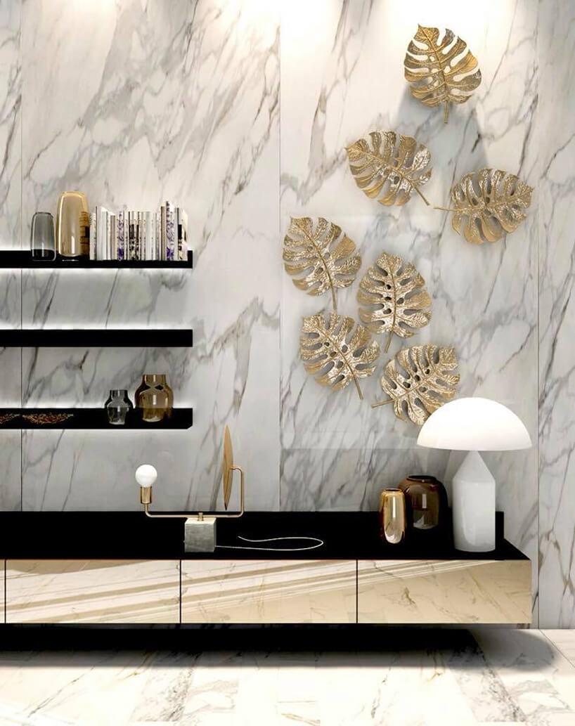 czarne podświetlane półki na biało szao marmurowym tle ściany
