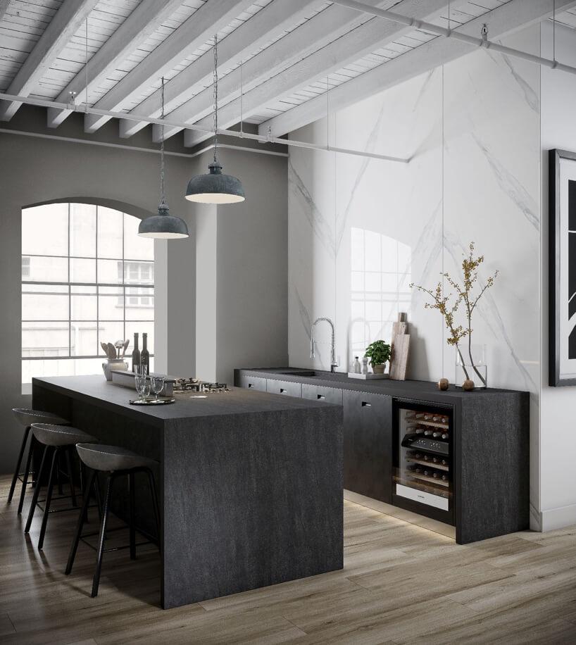 czarny stół kuchenny iszarki ze zlewozmywakiem na tle białych ścian płytkowych