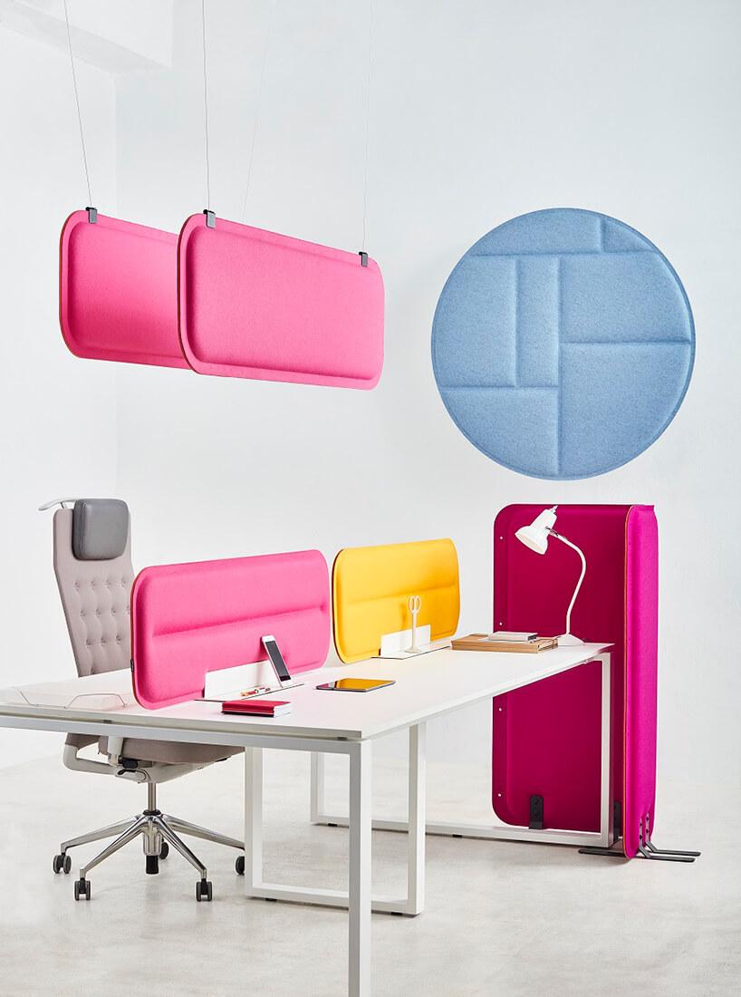 nowoczesne białe dzielone biurko kolorowymi ściankami zszarym fotelem zzagłówkiem