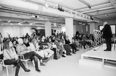 czarno białe zdjęcie gości podczas 17 edycji OKK! design