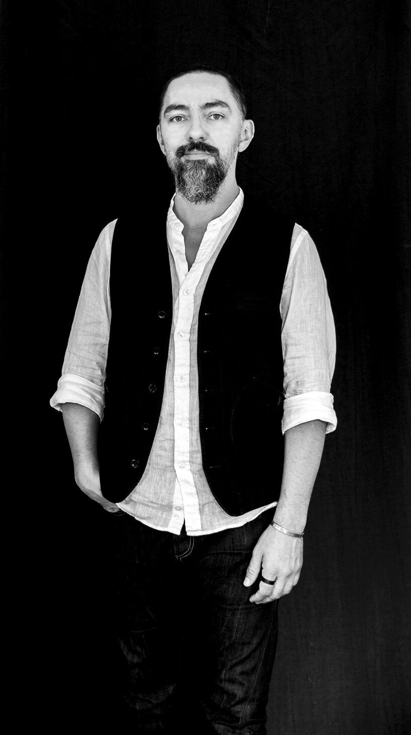 czarno białe zdjęcie Grzegorza Goworka ze Studio.O.