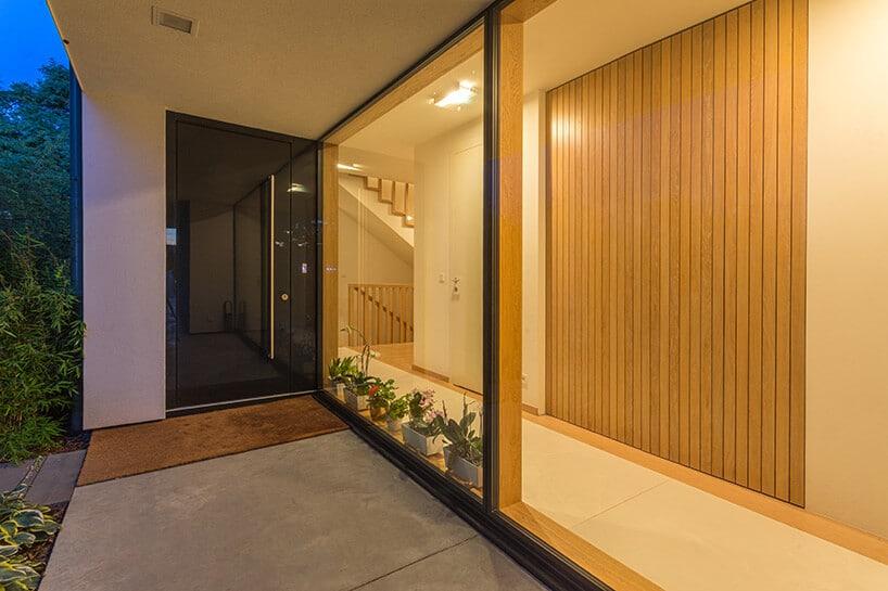 przesuwne drzwi okienne zszarym idrewnianym wykończeniem