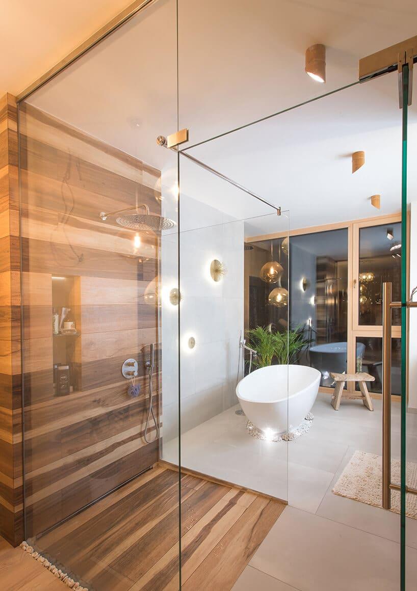 pionowe przeszklenia wformie ściany wjasnym pomieszczeniu kąpielowym