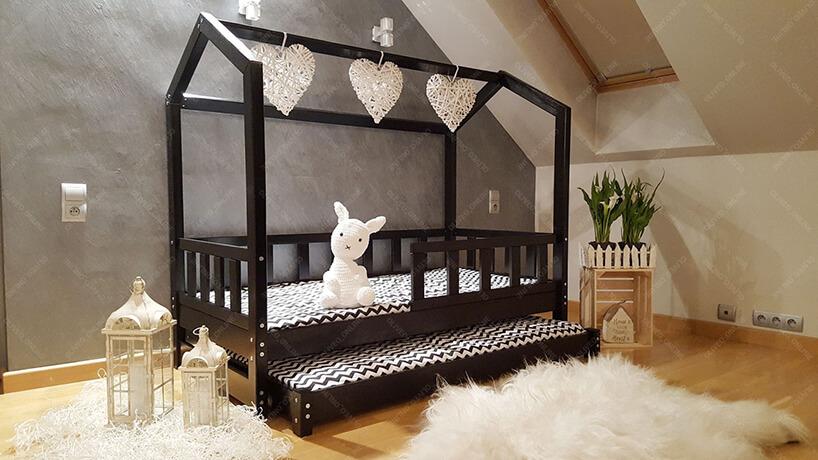 drewniane czarne łóżko domek dla dzieci od Oliveo zwysuwaną długą szufladą na pościel