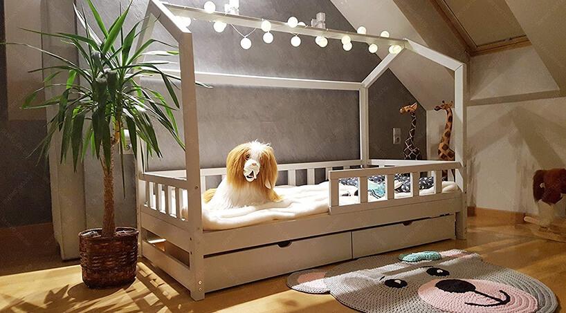 drewniane białe łóżko domek dla dzieci od Oliveo zdwoma szufladami pod łóżkiem