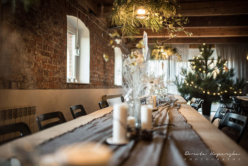stół zminimalistyczną świąteczną dekoracją
