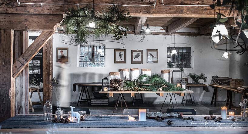 stoły podczas dekorowania domu do świąt