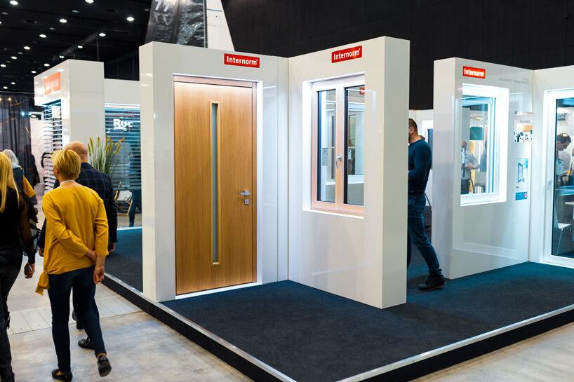 stoisko Internorm na 4 Design Days 2020 nowoczesne brązowe drzwi obok prezentacji okna