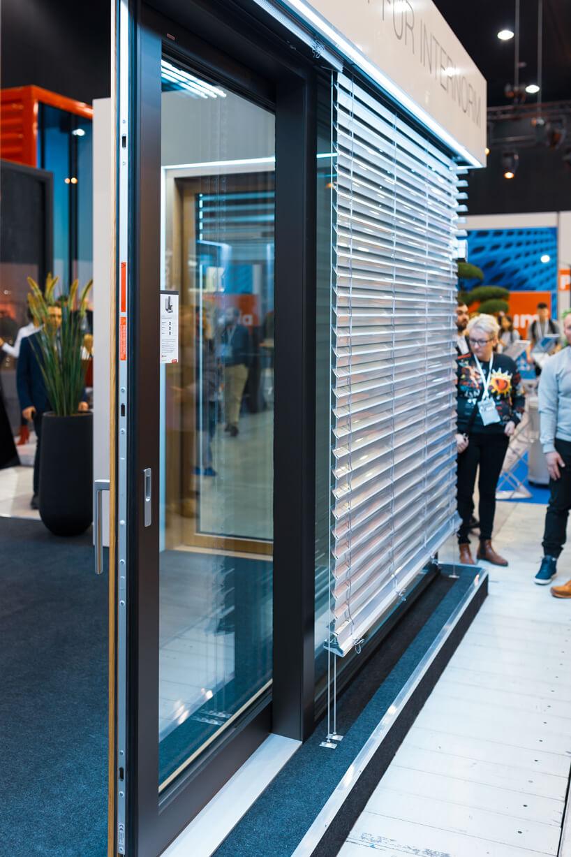 stoisko Internorm na 4 Design Days 2020 prezentacja susytemu rolet zewnętrznych na przeszklonych ścianach