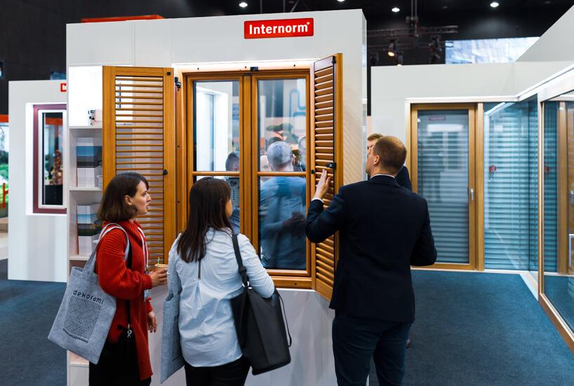 stoisko Internorm na 4 Design Days 2020 prezentacja drewnianych okiem wraz zżaluzjami na zawiasach