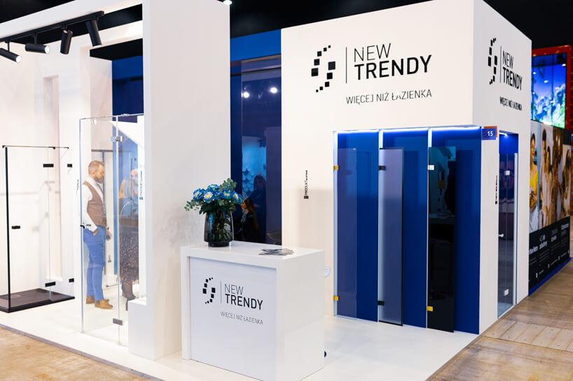 białe stoisko New Trendy na 4 Design Days prezentacja 3 kolorów szyb do łazienki