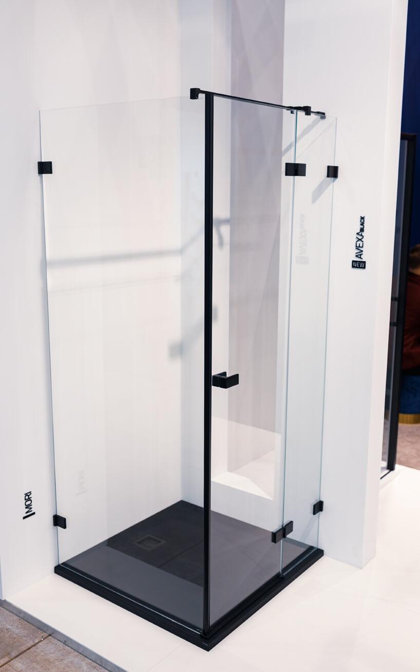 stoisko New Trendy na 4 Design Days prezentacja szyby do prysznica zczarnymi elementami wykończeniowymi