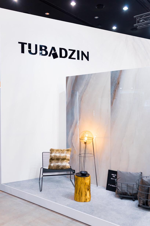 eleganckie stoisko Tubądzin na 4 Design Days piękne płyty ścienne jako tło dla krzesła ilampy zdrutów
