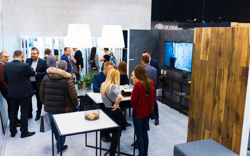 eleganckie stoisko Tubądzin na 4 Design Days goście pośród ekspozycji