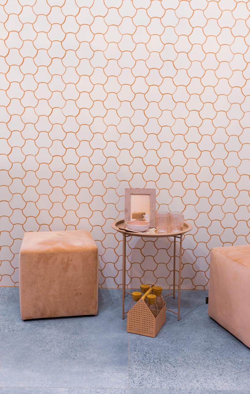 eleganckie stoisko Tubądzin na 4 Design Days biała duża płytka mozaikowa zróżową fugą