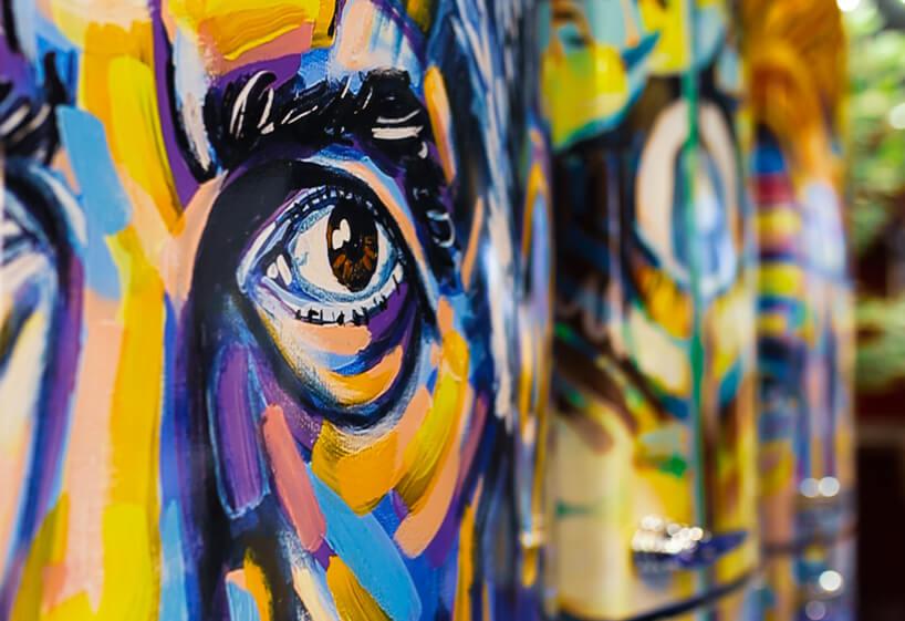 stoisko Vestfrost na 4 Design Days trzy lodówki zróżnymi kolorowymi grafikami twarzy zbliska