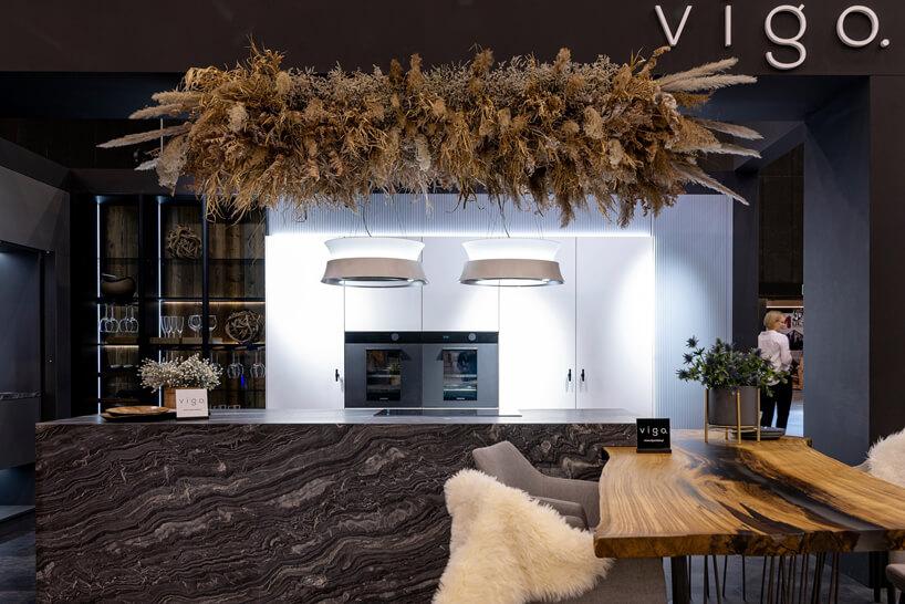 eleganckie stoisko Vigo na 4 Design Days kuchnia białą zabudową na tle wyspy zczarnego kamienia