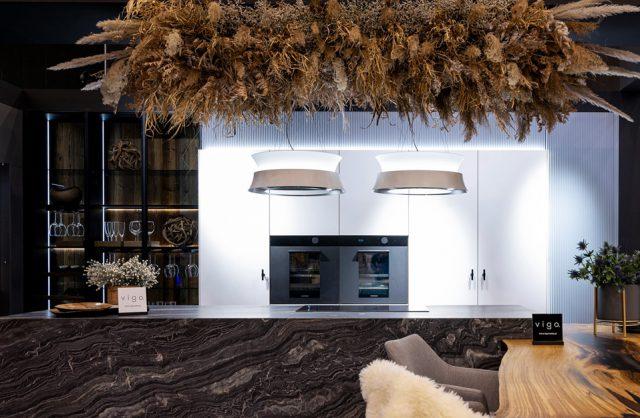 eleganckie stoisko Vigo na 4 Design Days kuchnia białą zabudową na tle wyspy z czarnego kamienia