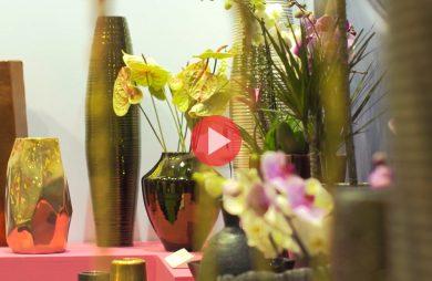 zdjęcie stoiska z różnymi ekskluzywnymi donicami i osłonami od Original Living z relacji wideo z targów w Poznaniu
