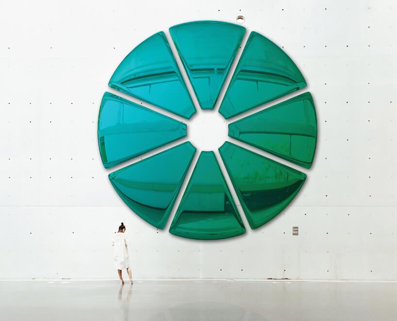 bardzo duża błyszcząca zielona ozdoba na ścianie