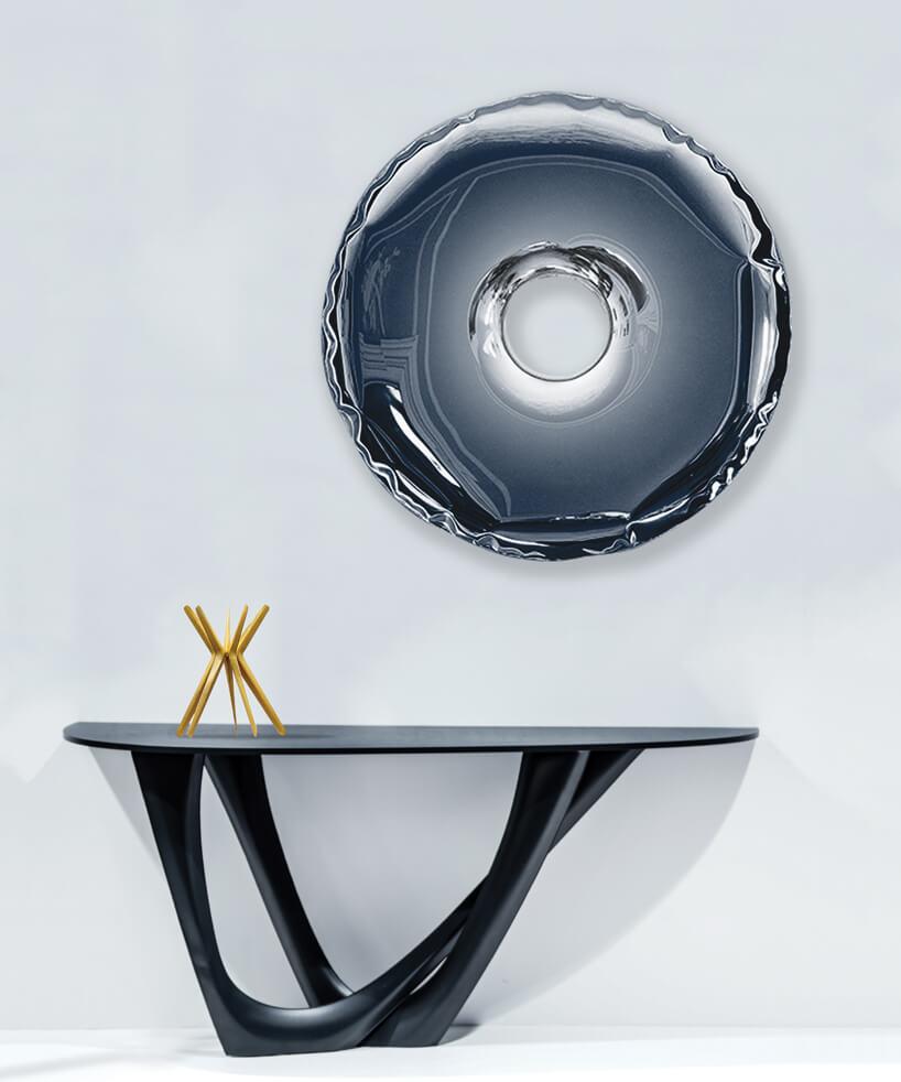 wyjątkowy stolik pod błyszczącą ozdobą przypominającą dmuchane koło