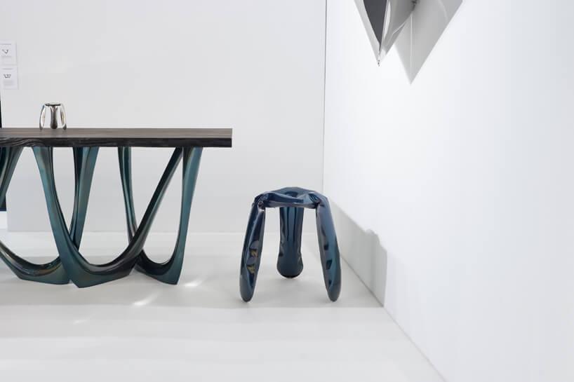 stołek istół znogami przypominającymi dmuchane koło do pływania