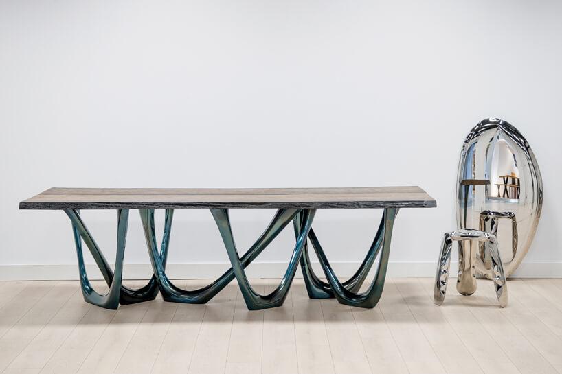 stół istolik przypominające dmuchane elementy do pływania