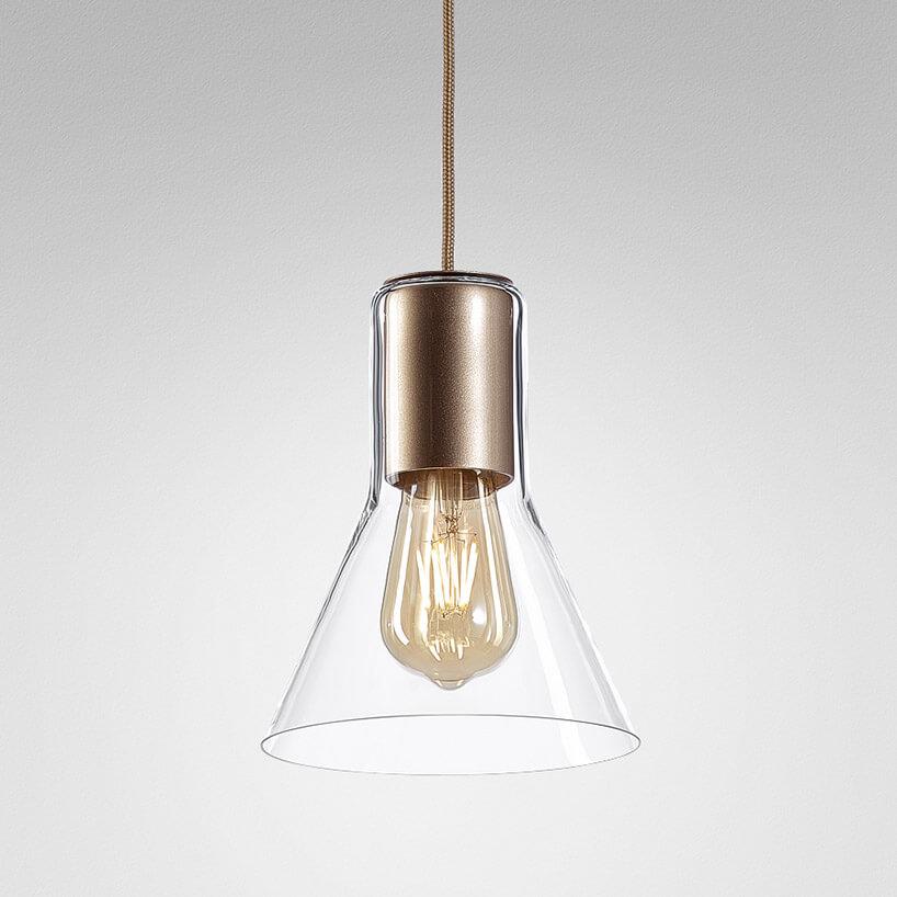 wisząca lampa ze szklanym kloszem iżarówką wstarym stylu