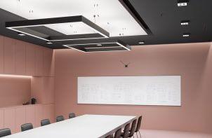 sala konferencyjna w lekkim różu z czarnym sufitem