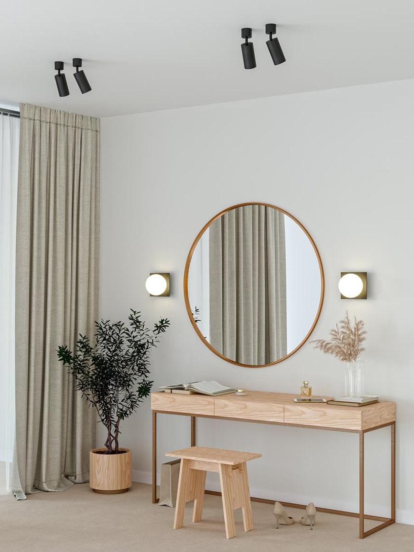 wyjątkowe oświetlenie Modern Ball wszarym salonie zdrewnianym stolikiem istołkiem pod dużym okrągłym lustrem
