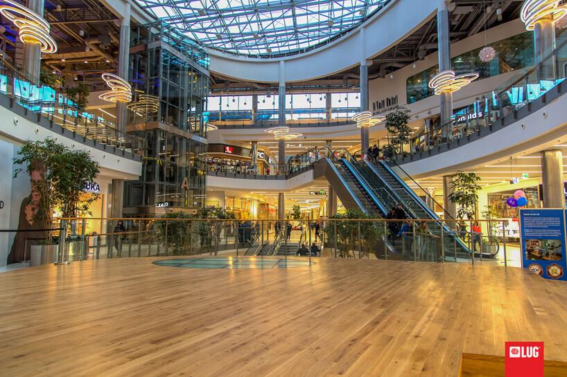 duża galeria handlowa zoświetleniem iruchomymi schodami