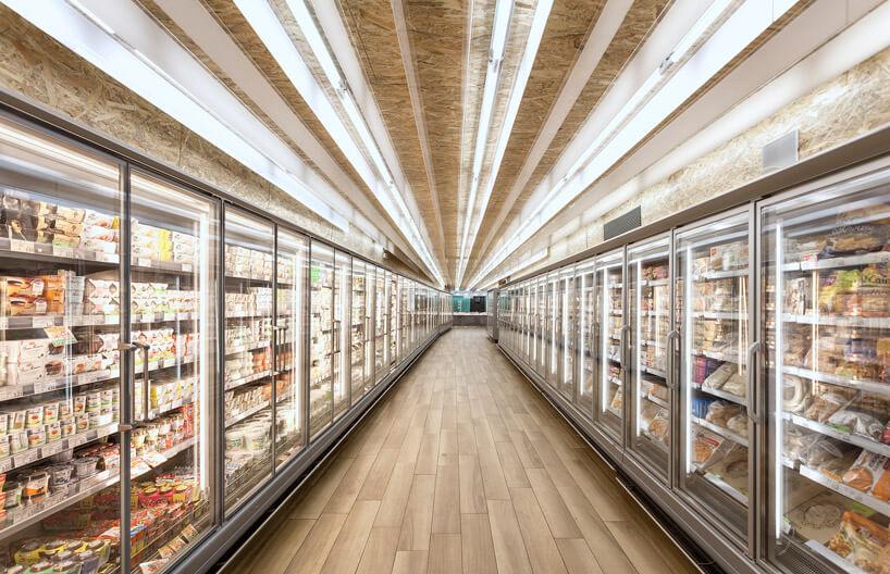 szklane lodówki zdużą ilością światła iproduktami spożywczymi