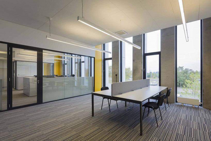 sala konferencyjna zdużym biurkiem