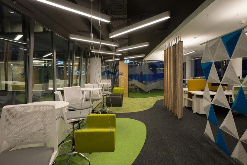 open space zzielonymi wiszącymi siedziskami