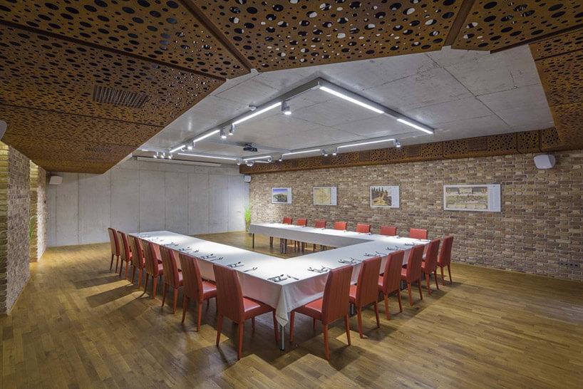 sala konferencyjna we industrialnym wnętrzu