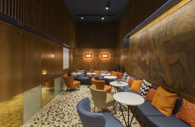 wnętrze restauracji z dużą niebieską sofą